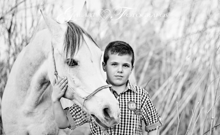 Fotos de exteriores de comunión en el campo con caballo (6)